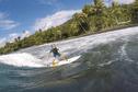 A 4 ans, elle surfe déjà à Teahupo'o