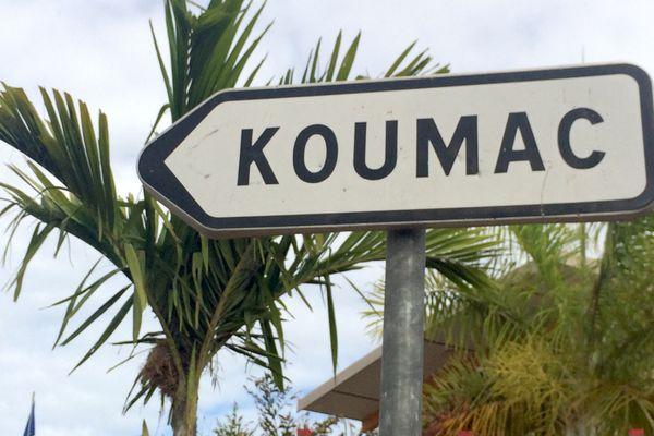 Panneau indiquant Koumac, image d'illustration.