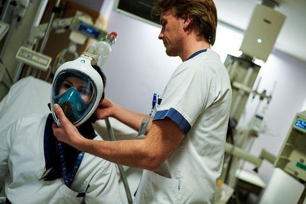 "Un médecin teste un casque ""Decathlon"" à l'hôpital Erasme de Bruxelles"