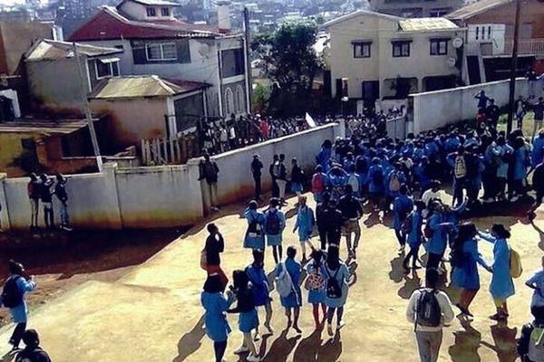 Les lycéens de Tana manifestent pour la reprise des cours