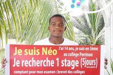 Le jeune Néo avec sa banderole demandant un stage