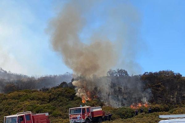 Maïdo : le feu se rapproche de la route