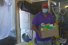 Comme une cinquantaine de familles nécessiteuses, Jean-Louis a reçu ce matin un carton de dons alimentaires.