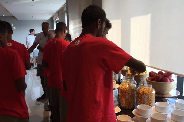7h30, les joueurs cagous au petit-déjeuner.