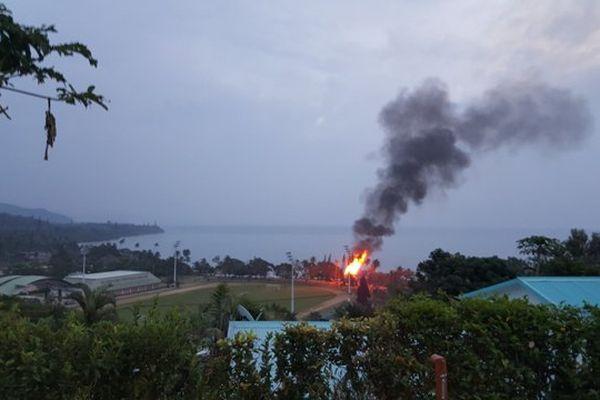 Photo feu case tiéti Poindimié loin (29 avril 2017)