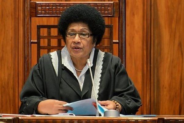 Fidji : une femme au perchoir