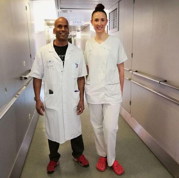 Alain Coat, aide soignant et Laura Rostagnat, infirmière à l'hôpital Saint-Antoine.