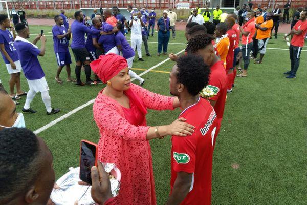 Yasmina Aouny félicite ses joueurs malgré leur défaite en finale