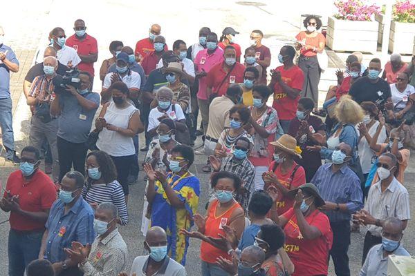 Manifestants devant l'ARS
