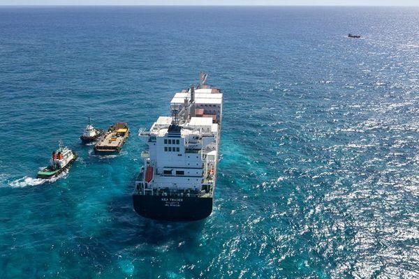 Porte-conteneurs du Kea Trader, essai de mise en couple avec la barge Chasseloup (27 juillet 2017)