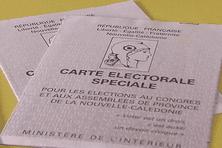 """Avec le corps électoral restreint pour les élections provinciales, une particularité de la Nouvelle-Calédonie, les électeurs concernés devront présenter dans les bureaux de vote, le 11 mai prochain, une carte d'électeur""""spéciale""""."""