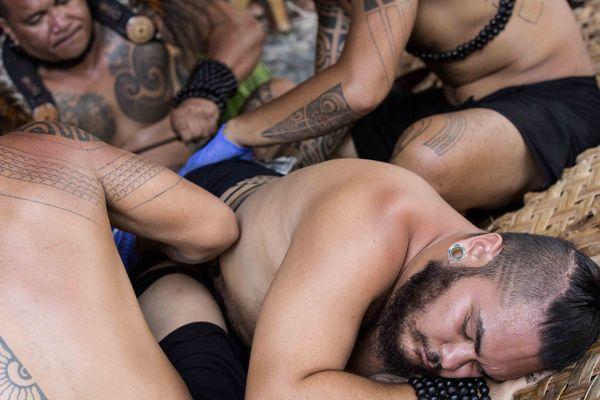 Démonstration de tatouage traditionnel au Festival des arts des îles Marquises 2015 3