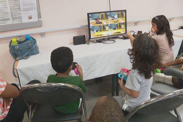 Don de tablettes numériques au service pédiatrie du Char
