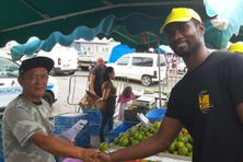 Jean-Yves Tarcy à droite sur un marché de Guyane