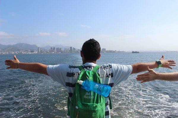 Un JMJiste dans la baie de Rio