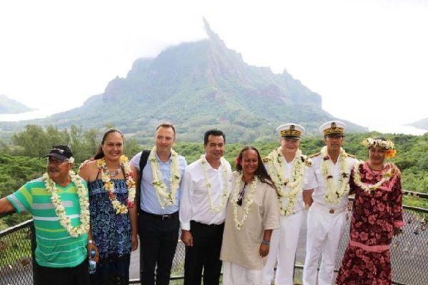 Au Belvédère de Moorea : le Haut-Commissaire avec à ses côtés le Maire et les membres de son conseil municipal, le Tavana Hau des Iles du Vent et le Directeur de cabinet du Haut-Commissaire