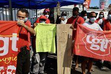 A La Possession, les salariés de la Circet manifestent contre la suppression de plus de la moitié de leur effectif.