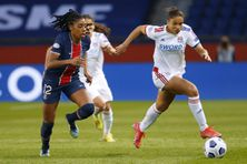L'attaquante française de l'OL Delphine Cascarino, à droite, rivalise avec Ashley Lawrence du Paris Saint-Germain lors de l'UEFA Women's Champions League en mars 2021.