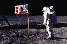 Buzz Aldrin pose à son tour le pied sur la Lune.