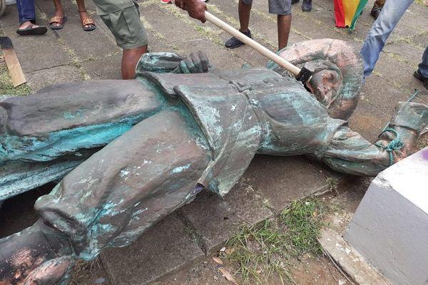 Statue de Pierre Belain d'Esnambuc renversée