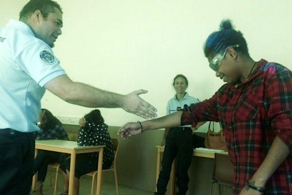 Intervention BPDJ brigade prévention délinquance juvénile sur l'alcool au lycée Saint Pierre Chanel lunettes imprégnation alcoolique