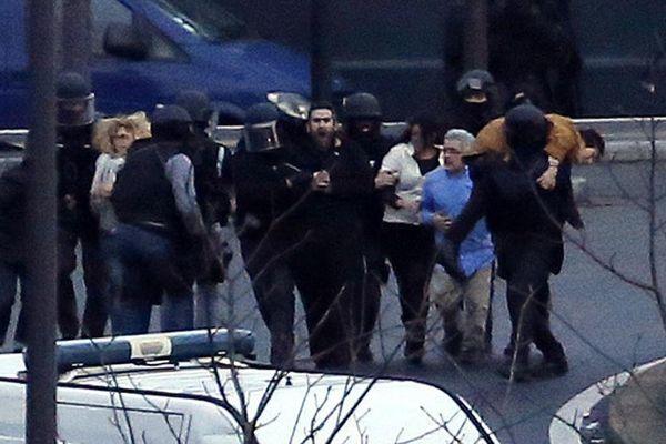 Six otages se sont cachés pour sauver leur vie