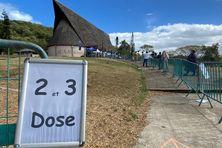 Au vaccinodrome de Ko We Kara, à Nouméa, une file est dédiée aux personnes recevant les deuxième et troisième doses.