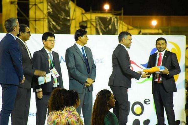 Les Maldives reçoivent le drapeau et organiseront les JOI en 2023