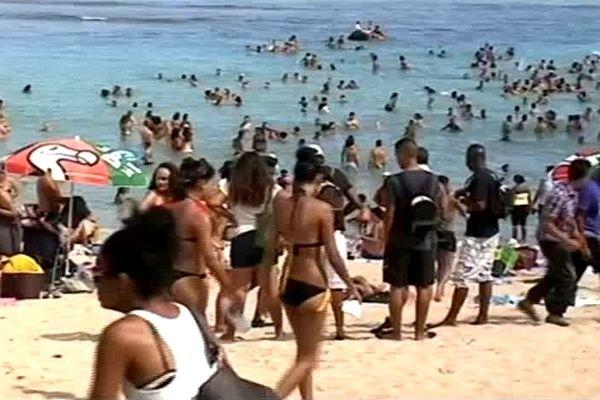Jeunes réunis sur la plage de St-Pierre