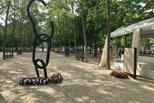"""Des gerbes de fleurs ont été déposées au pied de la sculpture """"Le Cri, l'Écrit"""", symbolisant l'esclavage et son abolition, lors de la cérémonie du 10 mai 2021 au jardin du Luxembourg à Paris."""