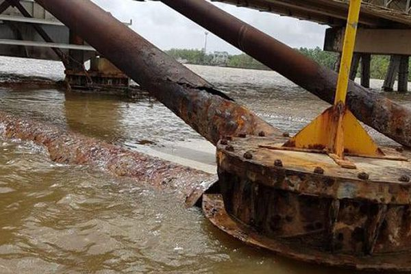 Les poutres endommagées du pont du Larivot
