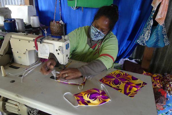 Corinne Hnepunya fabrique des masques pour enfants