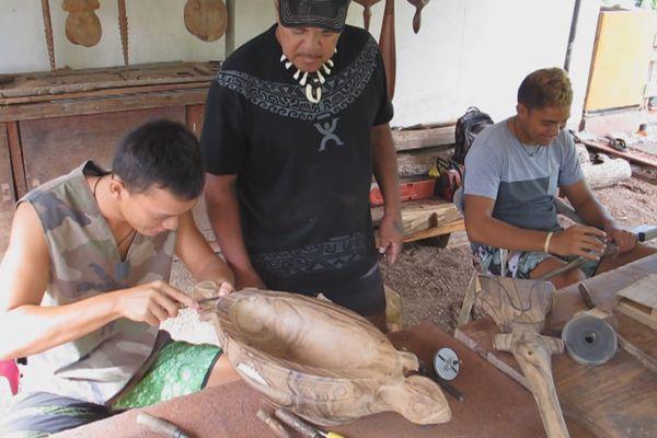 Nuku hiva, élèves sculpteurs