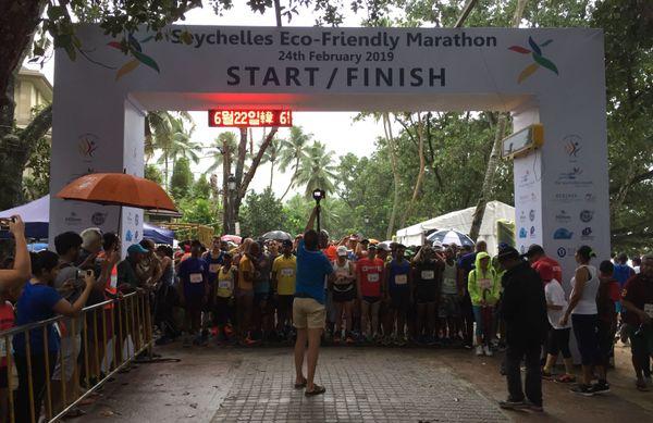 3250 participants aux départs du Marathon eco-responsable des Seychelles