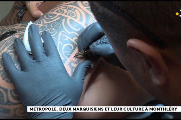 Tatouage : le savoir faire marquisien s'exporte dans le Grand Paris