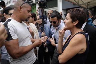Annick Girardin interpellée sur la vie chère, dans les rues de Saint-Denis, jeudi 19 septembre.