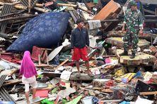 Des personnes observent les dégâts dans le village de Sumber Jaya (Indonésie), le 25 décembre 2018, trois jours après le passage dévastateur d'un tsunami lié à une éruption volcanique.