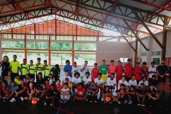 Les jeunes du Collège Constant Chlore avant un tournoi de futsal