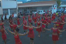 La troupe de O Tahiti E compte pas moins de 100 ans filles. Avec les garçons et les musiciens, environ 200 personnes sont sur scène.