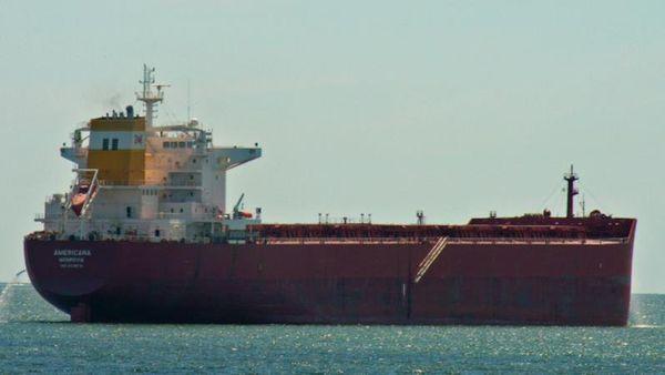 Un Post Panamax doit se délester d'une partie de sa cargaison pour pouvoir entrer dans le port de Papeete
