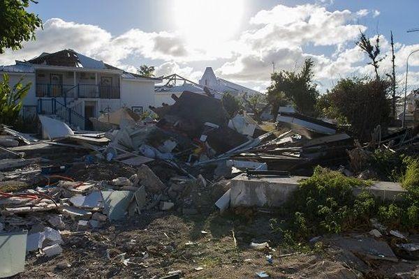 Des débris étaient encore entassés à Saint-Martin en février 2018.