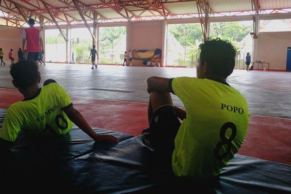 Des collégiens de Constant Chlore à Saint-Georges lors d'un tournoi de futsal