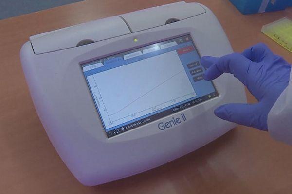 Plus pratique et plus rapide que le RT-PCR, ce nouveau test Covid, RunCov, est né dans les laboratoires de La Réunion.