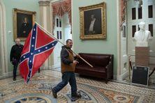 Le drapeau confédéré porté par un pro-Trump lors de l'invasion du Capitole, à Washington, le 6 janvier 2021