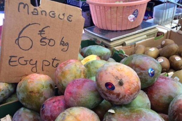Mangues égyptiennes sur le marché du Chaudron à Saint-Denis.