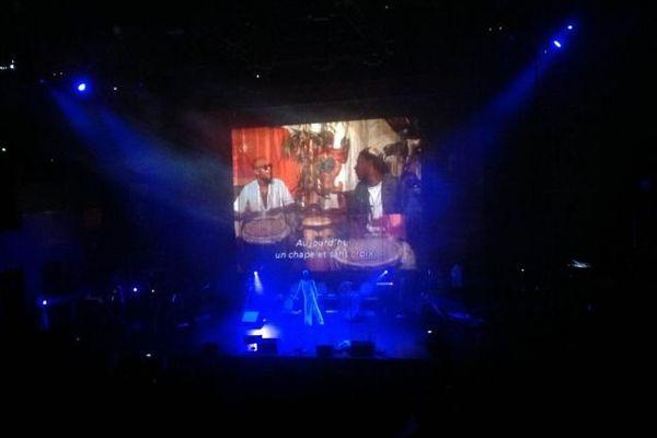 Le danseur Max Diakok  et sur l écran en fond Guy Konket à droite chez lui a Paris