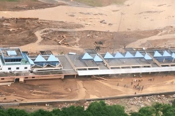 La Dominique: l'aeroport sous les eaux après le passage de la tempête Erika