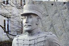 Une sculpture de Sylvie Koechlin en hommage à Alfred Dreyfus dans le parc Steinbach, à Mulhouse.
