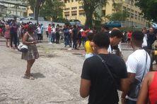 Parents et lycéens attendent que soient affichés les résultats du bac (Rivière-Salée).