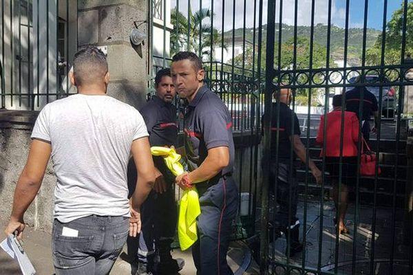 Les représentants des sapeurs-pompiers entrent à la préfecture 28 mai 2018